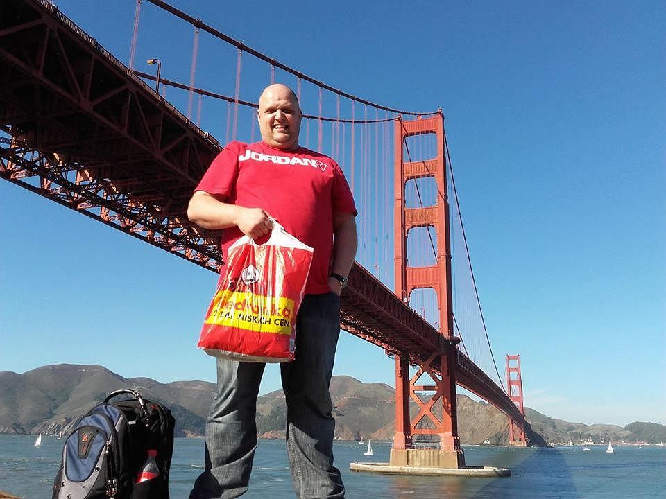 Aleksander Dadela przy moście Golden Gate