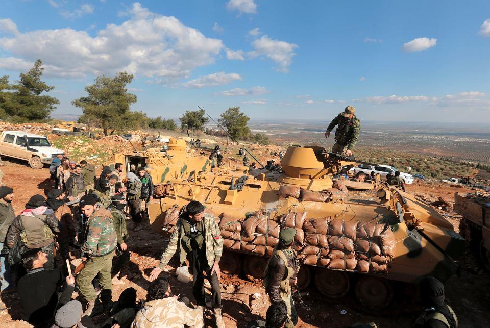 Tureckie wojska i wspierające je oddziały syryjskie umacniają swoje pozycje na wzgórzu Bursayah w pobliżu kurdyjskiej enklawy Afrin, 28 stycznia 2018 r.