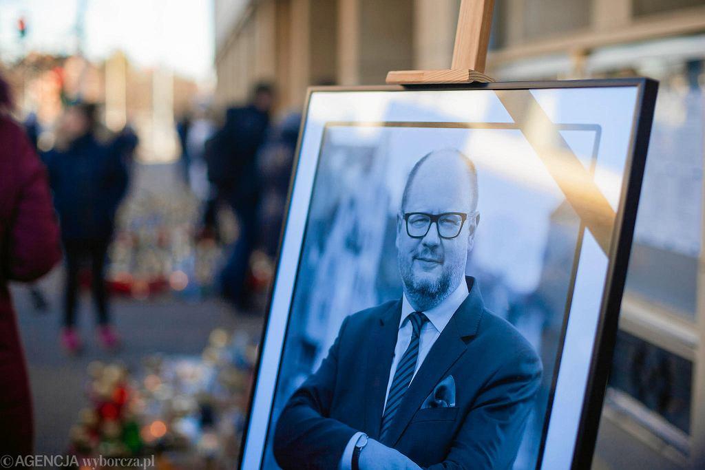 Znicze przed Urzędem Miasta, po śmierci zamordowanego prezydenta Pawła Adamowicza. Gdańsk, 15 stycznia 2019