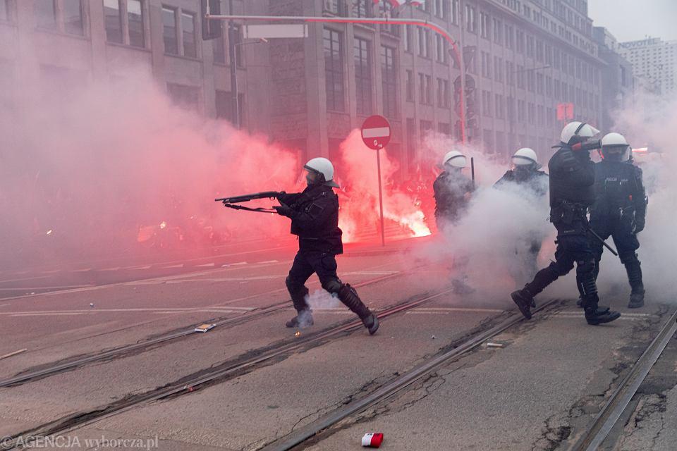 Policja tłumi zamieszki podczas Marszu Niepodległości