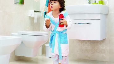 W szafkach, do których dziecko łatwo sięga (np. pod umywalką), trzymaj wyłącznie rzeczy bezpieczne. Szafka pod umywalkę Pure od 609 zł, szafka z lustrem Pure, 459 zł, Cersanit