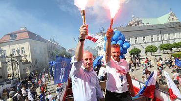 Andrzej Halicki i Sławomir Neumann z racami na Marszu Wolności