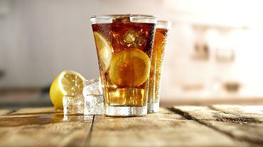 Long Island Iced Tea drink składa się z pięciu różnych alkoholi: ginu, tequili, wódki, triple sec oraz rumu