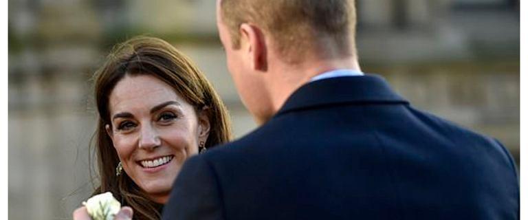 """Książę William podarował księżnej Kate białą różę. Ekspert od mowy ciała komentuje: """"To jasny sygnał"""""""