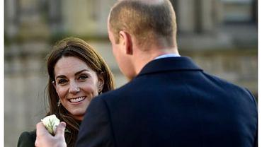 Książę William zdobył się na romantyczny gest wobec Kate. Publicznie podarował jej różę. Specjalistka od mowy ciała: Opuscił gardę i flirtował z żoną
