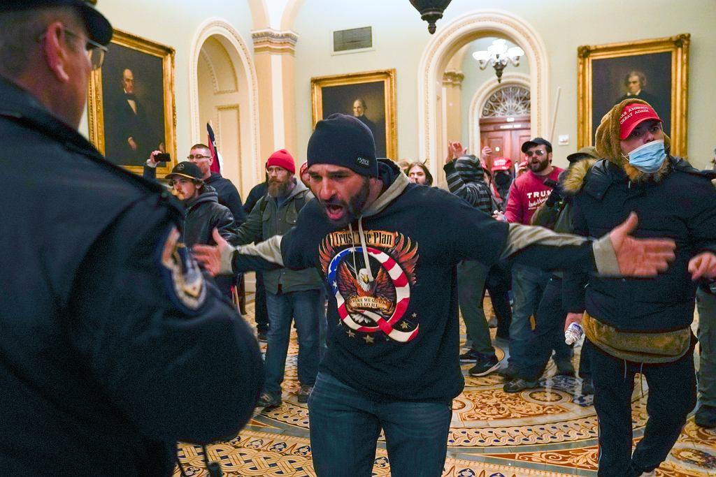 Zwolennicy Trumpa wdarli się na teren Kapitolu