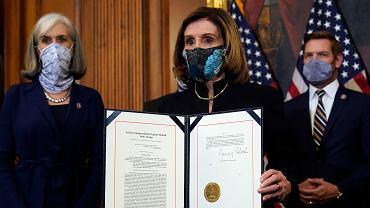 Przewodnicząca Izby Reprezentantów Nancy Pelosi z Partii Demokratycznej przedstawia artykuł impeachmentu wobec Donalda Trumpa, 13 stycznia 2021 r.