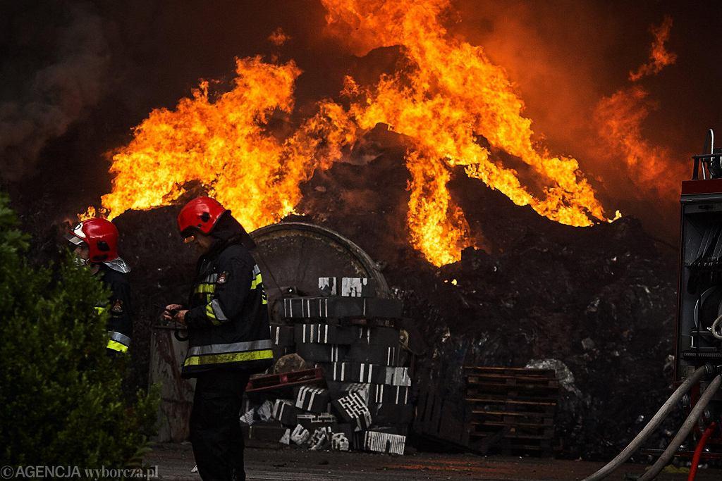 26.05.2018, Zgierz, pożar składowiska odpadów.