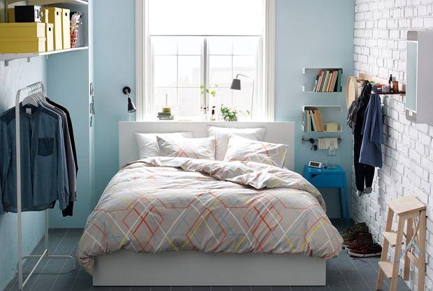 Mała sypialnia z łóżkiem z szufladami na pościel