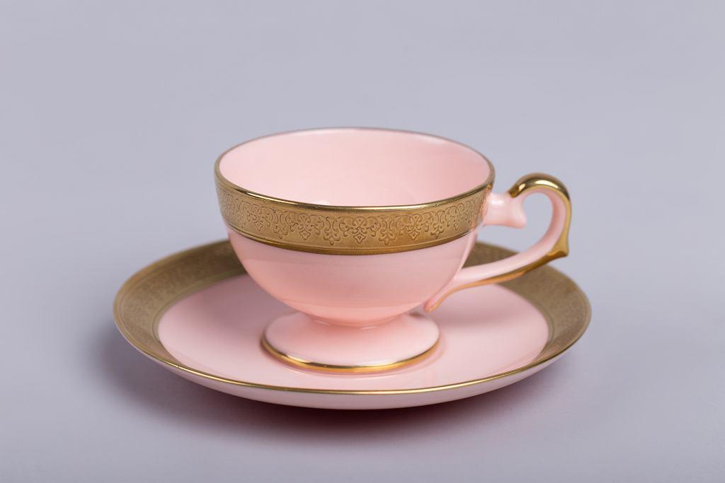 Filiżanka Prometeusz espresso z różowej porcelany proj. A. Spała z 2008 roku. Dekoracja 24 karatowym płynnym złotem.