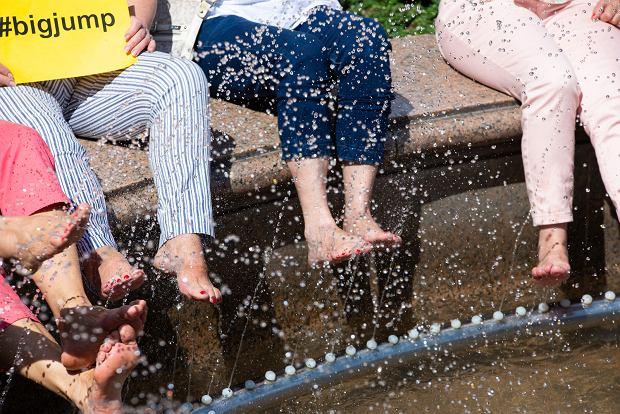 Zdjęcie numer 1 w galerii - W obronie rzek sympatyczne panie zamoczyły nogi w fontannie [ZDJĘCIA]