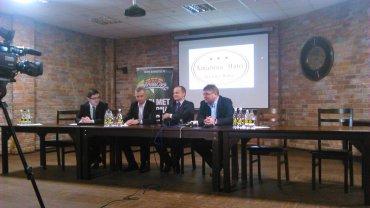 Konferencja prasowa: Firma Cinkciarz.pl zostaje sponsorem koszykarskiego Stelmetu Zielona Góra. Drugi z prawej strony to Piotr Kiciński, wiceprezes zarządu Cinkciarz.pl