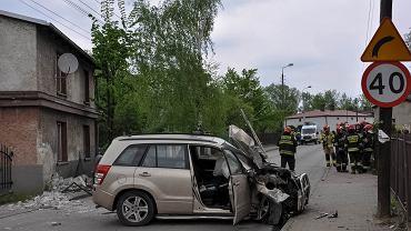 Jedna osoba została ranna w wypadku, do którego doszło w piątek na ul. Długiej w Sosnowcu. Kierowca, który wjechał w dom i słup miał ponad dwa promile alkoholu we krwi