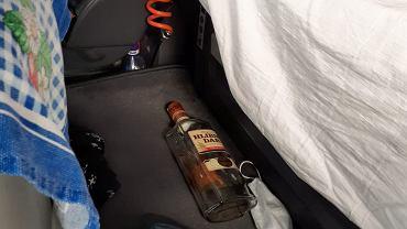 Policja w kabinie ciężarówki znalazła butelki z alkoholem