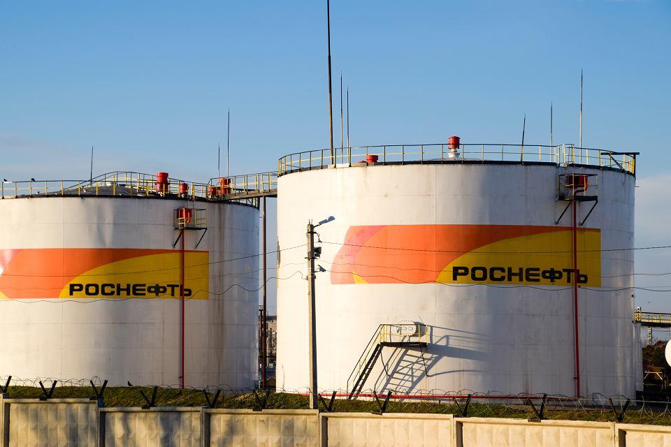 https://bi.im-g.pl/im/d8/a4/19/z26889944V,Zbiorniki-na-rope-nalezace-do-firmy-Rosneft.jpg