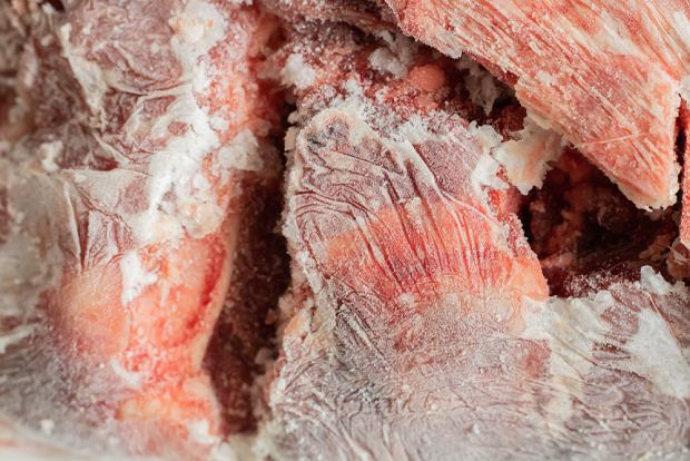 Ciemne plamy na zamrożonym mięsie. Wyjaśniamy, skąd się biorą i czy są bezpieczne