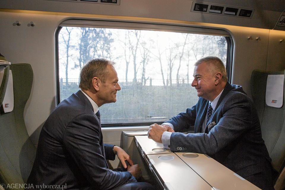 Były premier, obecny Szef Rady Europejskiej Donald Tusk w drodze na przesłuchanie - w charakterze świadka - przed warszawską prokuraturą