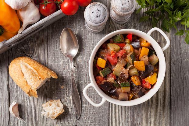 Ratatuj (ratatouille) możesz przygotowywać z dodatkiem papryki i cukinii w różnych kolorach.
