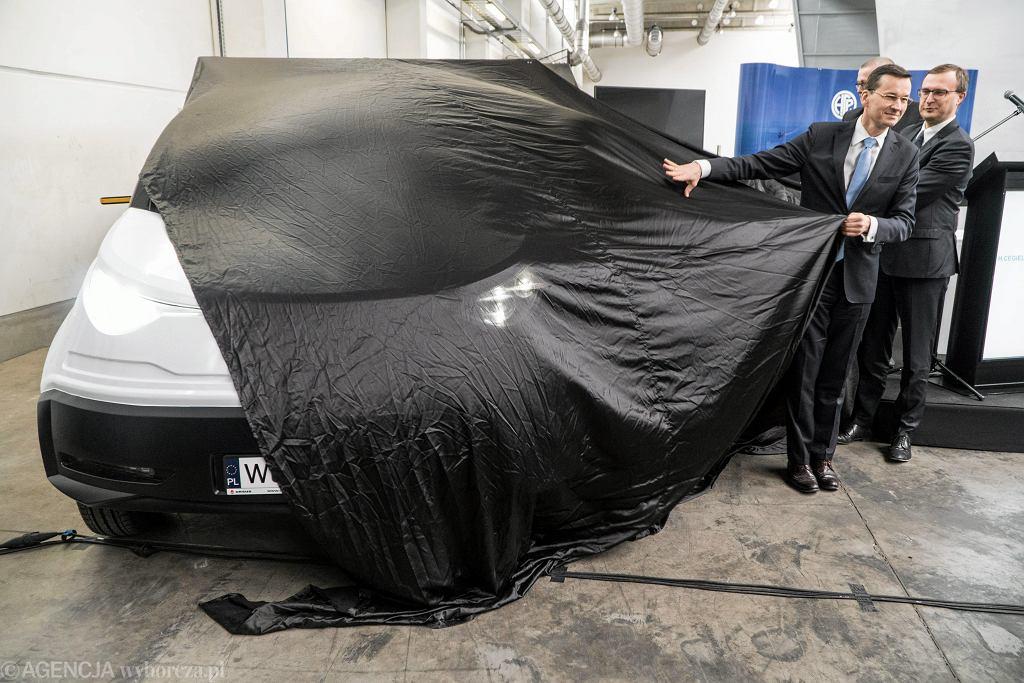 Mateusz Morawiecki odsłania... plastikowy model elektrycznego samochodu Ursus Elvi. Poznań, HCP, 28 kwietnia 2017