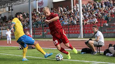 W kolejnym meczu sparingowym piłkarze Lechii Gdańsk przegrali w Chojnicach z Apoelem Nikozja 1:2. Jedyną bramkę dla biało-zielonych, grających w tym meczu na czerwono, zdobył Danijel Aleksić.  Na zdjęciu widać Bartłomieja Pawłowskiego, który w tym meczu zagrał bardzo dobrze. Wydawało się, że to właśnie ten zawodnik będzie stanowił o sile biało-zielonych. Rzeczywistość okazała się jednak okrutna.