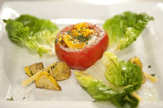 Pomidor faszerowany jajkiem z dodatkami