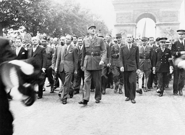 Generał Charles de Gaulle maszeruje 25 sierpnia 1944 r. po Polach Elizejskich w wyzwolonym Paryżu