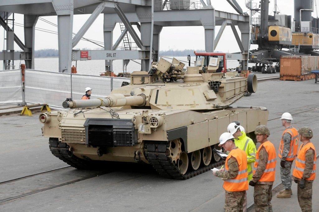 Czołg Abrams w porcie w Rydze