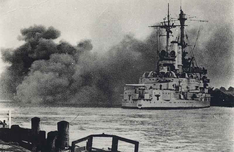 Pancernik Schleswig-Holstein ostrzeliwuje Westerplatte