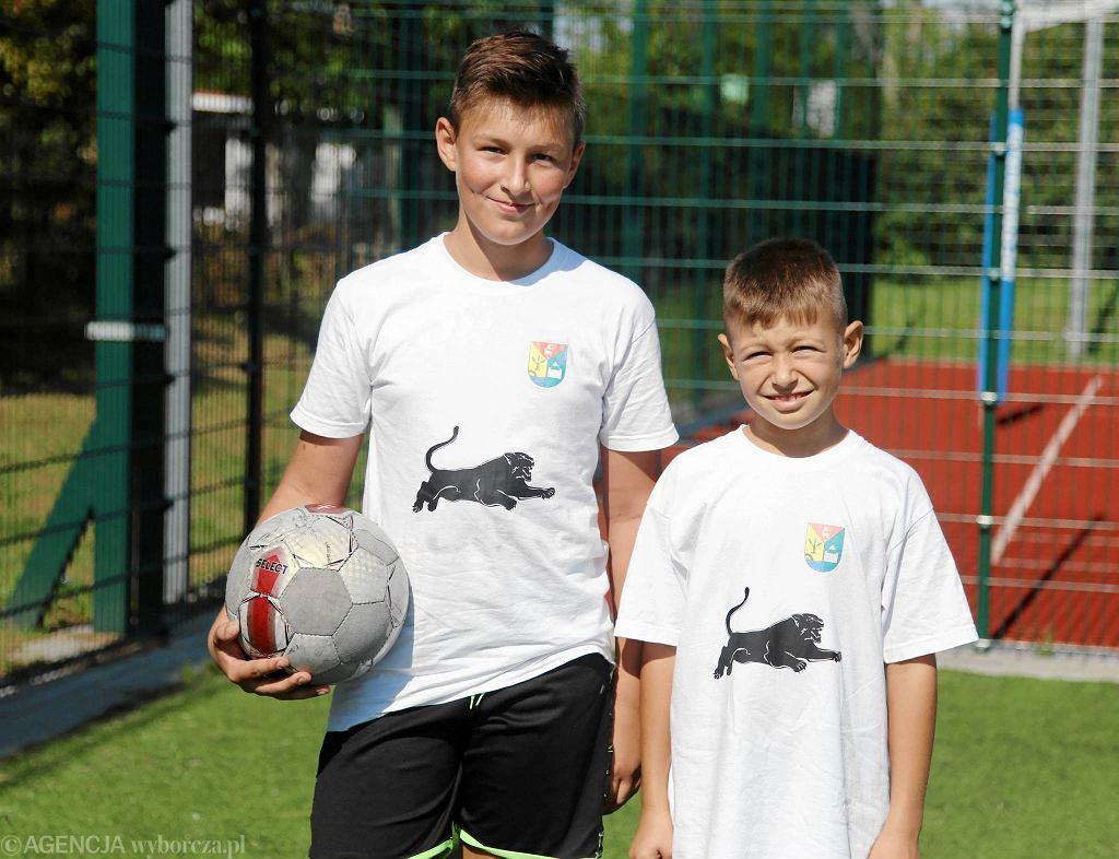9-letni Mateusz Borowski (z prawej) marzy o tym, by zostać kiedyś sławnym piłkarzem. Obok jego brat cioteczny 12-letni Kamil