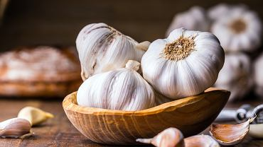 Czosnek stosowany jest głównie jako przyprawa oraz roślina lecznicza. Dla zdrowia najlepiej spożywać go na surowo, ponieważ podczas gotowania traci on swoje zdrowotne właściwości.