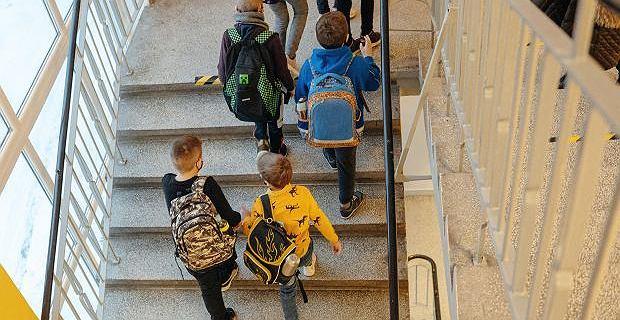 """Kiedy dzieci wrócą do szkoły, będą nadrabiać zaległości. """"10 tygodni po godzinie tygodniowo dla każdej klasy"""" zapowiada minister Czarnek"""