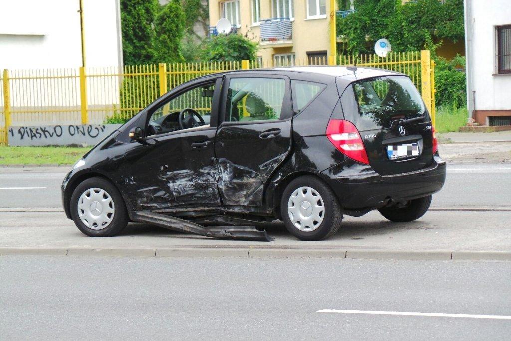 Kierowca mercedesa gonił rowerzystę, aż doprowadził do wypadku