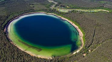 Jezioro Płaskie z lotu ptaka przypomina atol na Pacyfiku