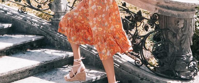 Te spódnice Bonprix robią wrażenie. Model z falbankami w kolorze mandarynkowym to hit za mniej niż 40 zł!