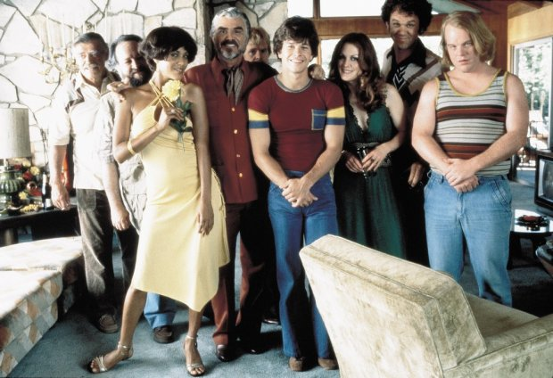 "PHOTO: EAST NEWS/ALBUM  Titulo: BOOGIE NIGHTS / BOOGIE NIGHTS (1998)  Estrellas:REYNOLDS, BURT; MOORE, JULIANNE; HOFFMAN, PHILIP SEYMOUR; CHEADLE, DON; BAKER HALL, PHILIP; WHALBERG, MARK  Credito:NEW LINE CINEMA / Cortes??a Album  A?""o de la foto:1998"