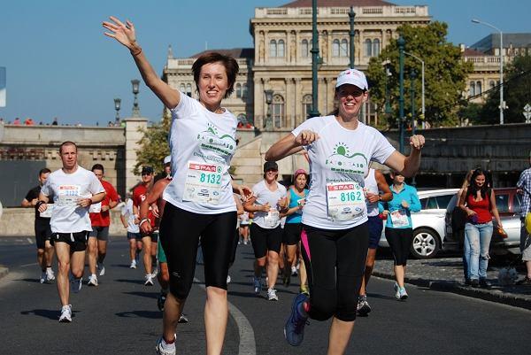 Każda osoba biegnąca w 34. Maratonie Warszawskim może dołożyć swoją cegiełkę do organizacji obozów dla dzieci z chorobami onkologicznymi.