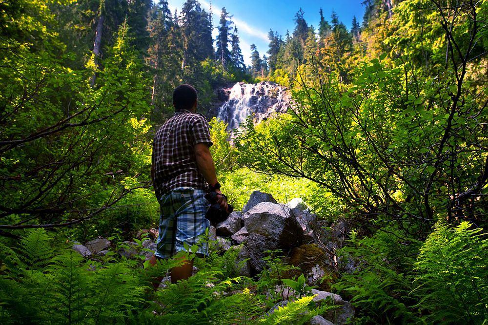 Pierwsze skojarzenie z Bułgarią, które nasuwa się na myśl turystom, to pewnie Złote Piaski - chluba bułgarskiej riwiery, co prawda ekskluzywna i bardzo droga. Choć z turystycznego punktu widzenia mocną stroną Bułgarii jest właśnie wybrzeże, w głębi kraju czekają atrakcje, jakich nie spotka się nigdzie indziej na Bałkanach. Na zdjęciu młody mężczyzna w górach Riła. To najwyższy masyw górski na całym Półwyspie Bałkańskim. Najwyższy szczyt Musała ma 2925 m n.p.m., wyrasta w pasmie Riły Wschodniej. 16 szczytów ma ponad 2700 m n.p.m. Wśród granitowych, łupkowych, gnejsowych i marmurowych gór, których niższe stoki porastają lasy iglaste i pozostałości prastarych borów, lśnią zimne jeziora górskie. Ze źródeł w Rile wypływają największe rzeki Bułgarii: Marica, Mesta, Iskyr, które wraz ze swymi licznymi dopływami utworzyły malownicze głębokie doliny. Na powierzchni 80 tys. ha utworzono tu największy w Bułgarii park narodowy.