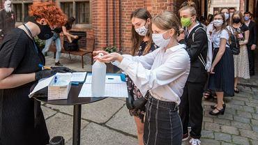 Uczniowie klasy II Ogólnokształcącej Szkoły Muzycznej II stopnia w Zespole Szkół Muzycznych otrzymali świadectwa z rąk prezydenta Michała Zaleskiego w nagrodę za najlepszą średnią
