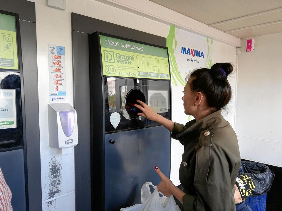 System kaucyjny na Litwie. Alla zwraca do automatów w Lidlu średnio 10 butelek na dwa tygodnie. Wilno, lipiec 2019