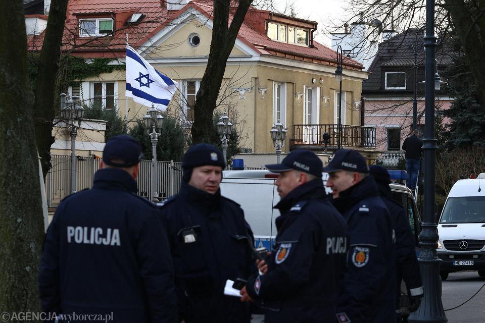 Policja przed ambasadą