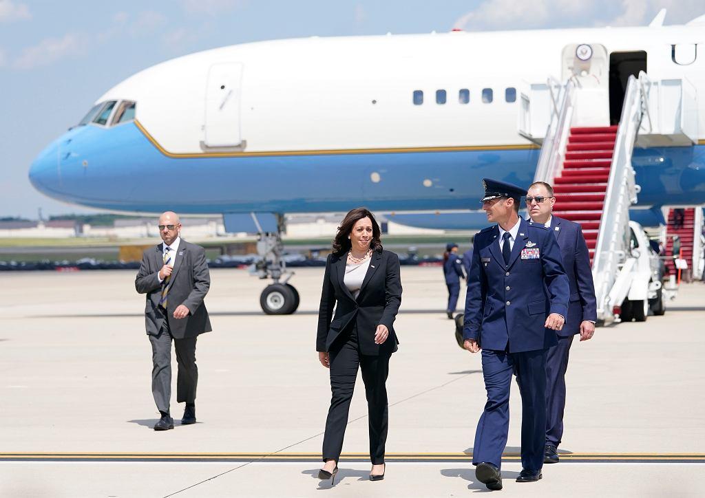 Kamala Harris przed samolotem Air Force Two