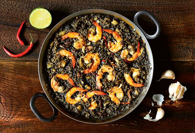Paella negra z owocami morza