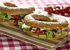 Kanapka z serem żółtym, konfiturą z czerwonej cebuli i orzechami - Zdjęcia