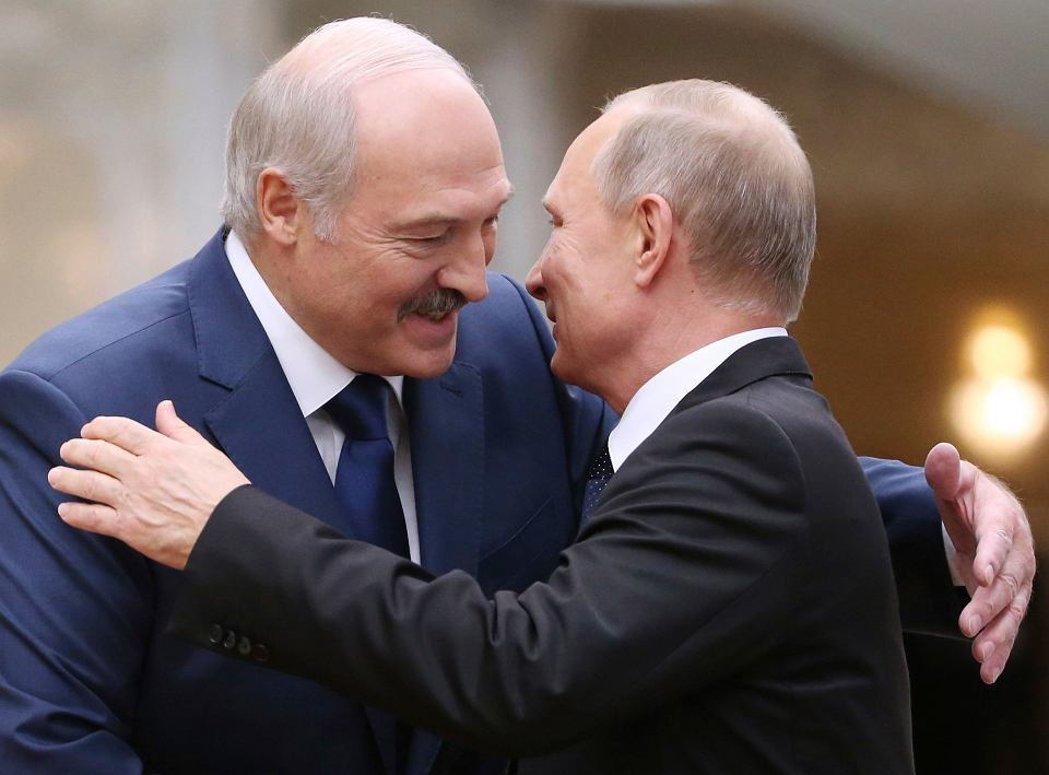 Prezydenci Białorusi i Rosji w bratnim uścisku.