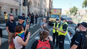 21 sierpnia 2020 r. Ul. Święty Marcin w Poznaniu. Kilka kobiet i posłanka lewicy Katarzyna Ueberhan zablokowały przejazd furgonetki fundacji Pro - Prawo do życia, która nadawała z głośników homofobiczne treści.