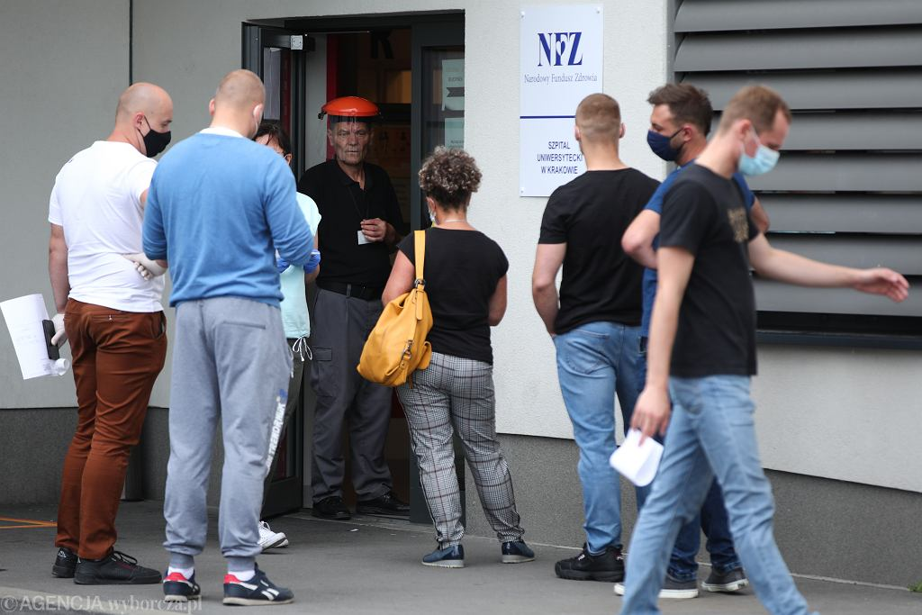 Kraków, kolejki na wymaz do badania na obecność koronawirusa (zdjęcie ilustracyjne)