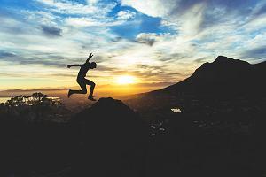 Jak prawidłowo zrobić wyskok? Poznaj najlepsze ćwiczenia na siłowni, które przygotowują do wyskoku
