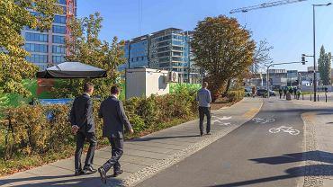 Ułożony w pobliżu biurowców Generation Park chodnik z tzw. zielonego betonu, który rozkłada szkodliwe związki ze spalin samochodowych.