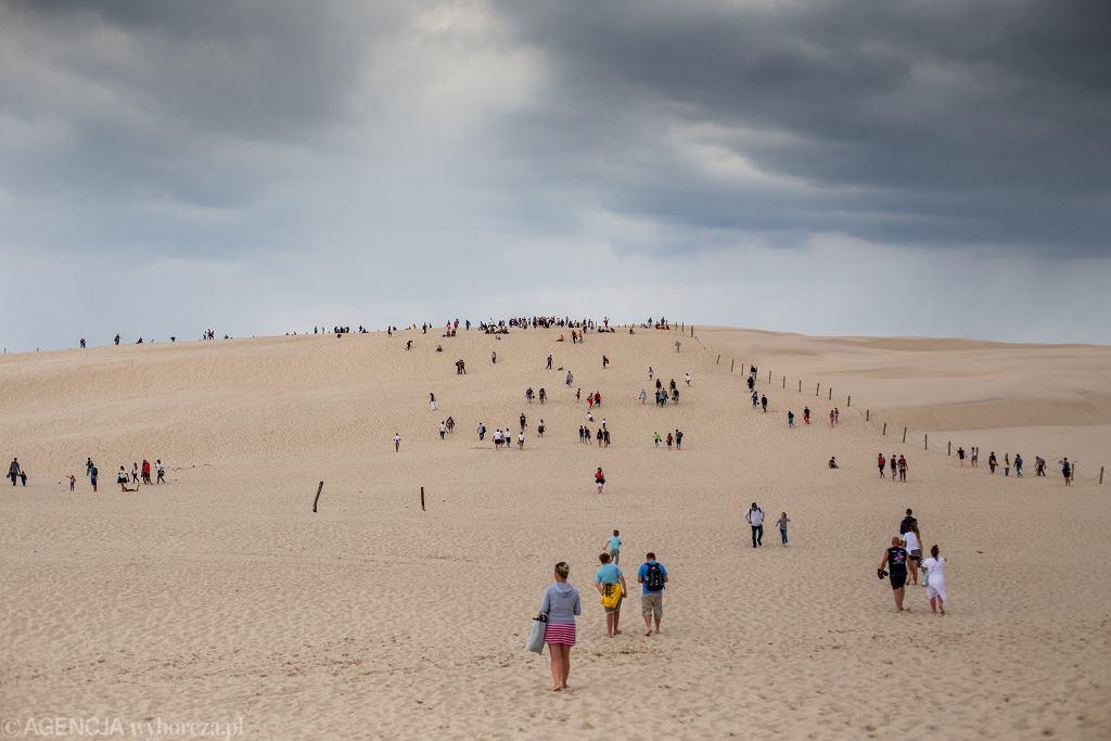 Turyści na wydmach w Słowińskim Parku Narodowym. Łeba, 26 lipca 2020