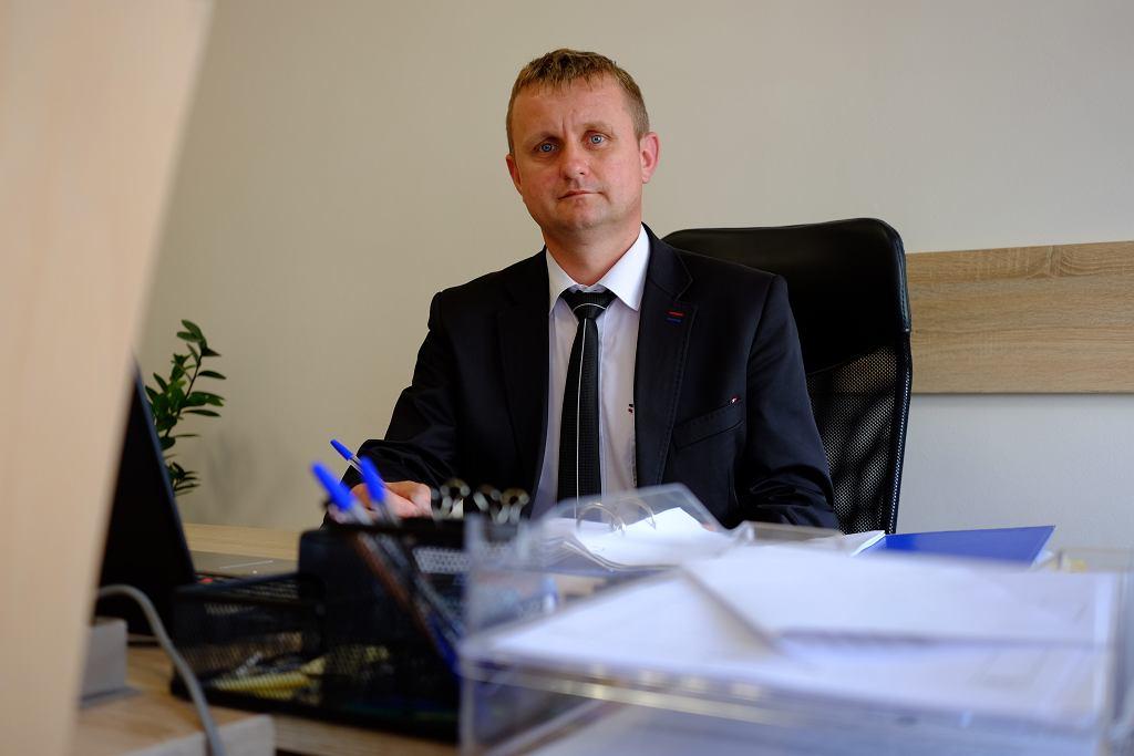 Wójt Tuczęp Jacek Wilk w swoim nowym gabinecie